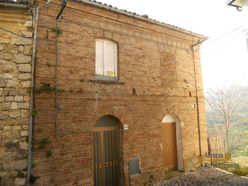 Character brick and stone house to restore, for sale in Italy