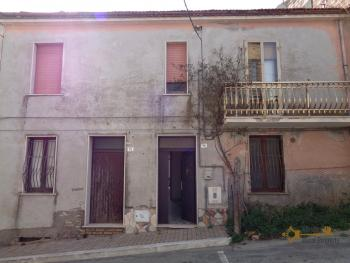 Large four bedroom townhouse with garage and cellar. Molise.