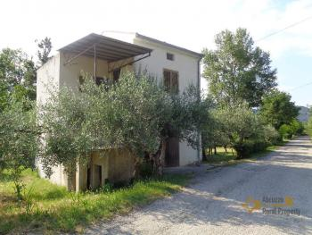Petite country house with 200 sqm garden for sale. Abruzzo. Img25