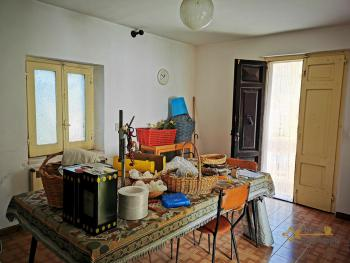 Petite country house with 200 sqm garden for sale. Abruzzo. Img4