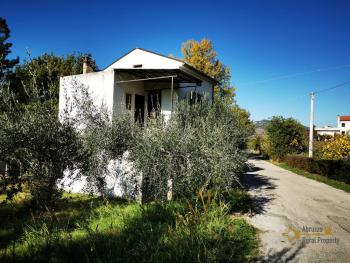 Petite country house with 200 sqm garden for sale. Abruzzo.