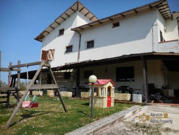 Beautiful villa with one hectare of land and stunning view, Abruzzo. Img3