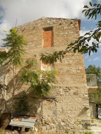 Country house to restore with 2000 sqm of land. Italy. Img3