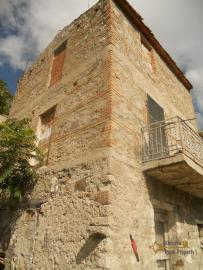 Country house to restore with 2000 sqm of land. Italy. Img6
