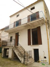 Detached stone house with 2 cellars. Needs light renovation. Italy | Abruzzo | Roccaspinalveti. €24.000 Ref.: RS4047 photo 1