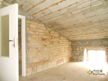 Detached stone house with 2 cellars. Needs light renovation. Italy | Abruzzo | Roccaspinalveti. €24.000 Ref.: RS4047 photo 10