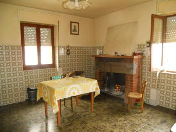 Large house with garden for sale in Roccaspinalveti. Img4