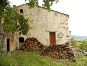 Old stone house with land in needs of renovation. Abruzzo. Img2