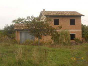 Villa with land to complete, at 15 km from the beach.