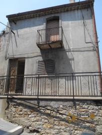 Town house with small terrace and garage for sale in Molise. Img1