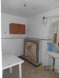 Town house with small terrace and garage for sale in Molise. Img4