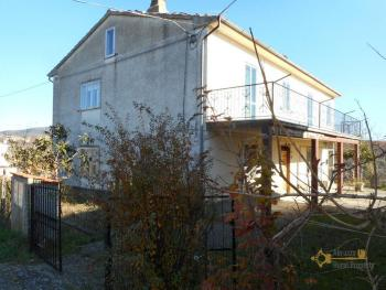 Three houses with land for sale in Roccaspinalveti.