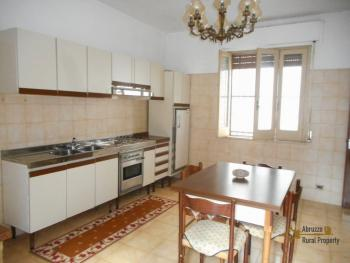 Large townhouse with terrace for sale. Casalanguida. Img1