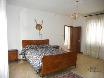 Large townhouse with terrace for sale. Casalanguida. Img15