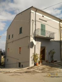 Large town house with land in Casalanguida, Abruzzo. Img1