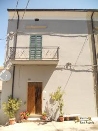 Large town house with land in Casalanguida, Abruzzo. Img2