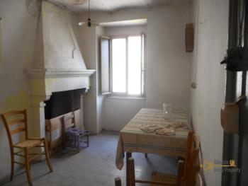 Old town house to restore internally. Dogliola. Abruzzo.