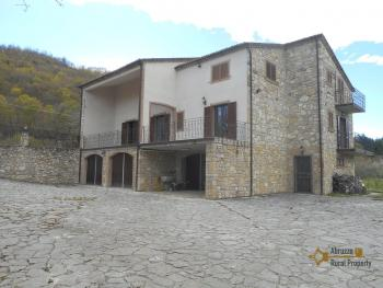 Beautiful villa completely made of stone for sale. Molise. Img3