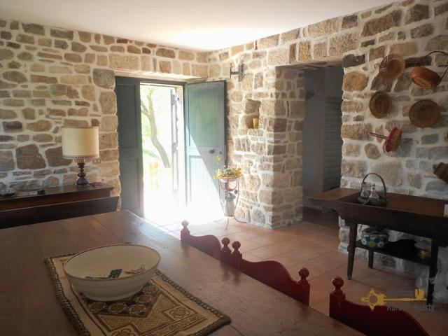 Charming villa for sale, made of stone and surrounded by 1 hectare of land in Bagnoli del Trigno, Molise.