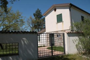 Villa surrounded by 1 hectare of land. Bagnoli del Trigno.