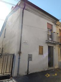 Townhouse with large terrace for sale in Palmoli. Abruzzo. Img2