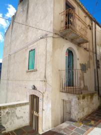 Character stone house to be renovated for sale in Dogliola.
