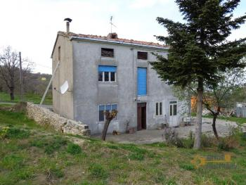Six-bedrooms country house with 2000 sqm of land. Abruzzo.