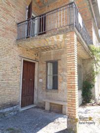 Large four bedroom townhouse with 150 sqm of garden. Molise. Img5