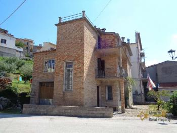 Large four bedroom townhouse with 150 sqm of garden. Molise. Img3