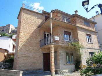 Large four bedroom townhouse with 150 sqm of garden. Molise. Img1