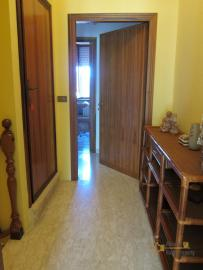 Ready to live in apartment in an scenic Italian hilltop town. Img14