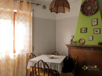 Ready to live in apartment in an scenic Italian hilltop town. Img11