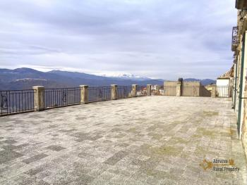 Historic house of 205 sqm with very large terrace, in Molise.
