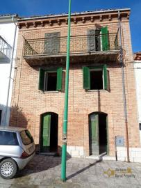 Traditional brick townhouse to renovate, in the Molise hills. Img1