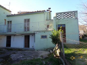 Large townhouse with garden and terrace for sale in Abruzzo. Img1