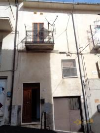 Habitable townhouse with garage and cellar for sale. Abruzzo.