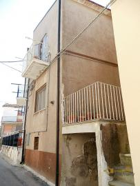 Two bedrooms townhome in good conditions for sale in Molise.