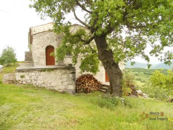 Old stone house with land in needs of renovation. Abruzzo.